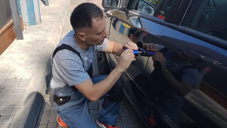 Мастер вскрывает дверь авто
